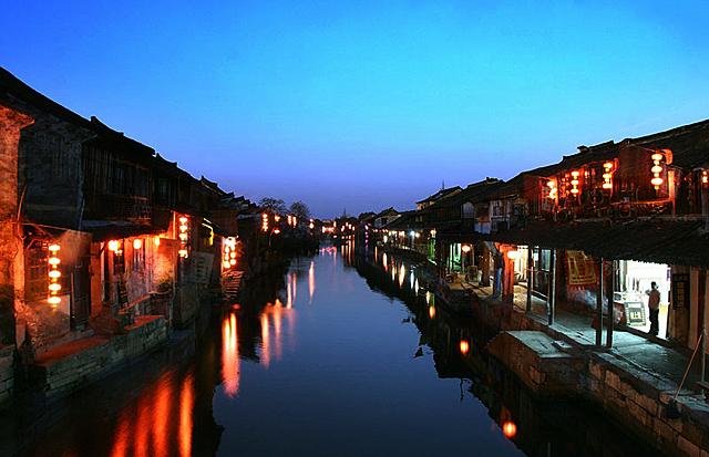 嘉善的西塘古镇,桐乡的乌镇;江苏省境内的两个古镇分别是昆山的周庄