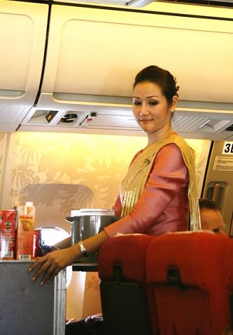 泰航飞机上的伙食还是不错的,有精致的小点,有可口的小菜,还有洋酒