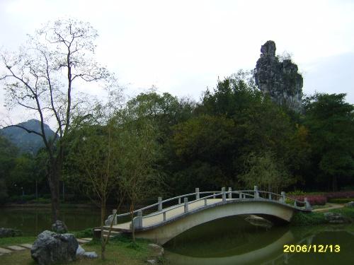 雷塘庙位于柳州市龙潭风景区内龙山