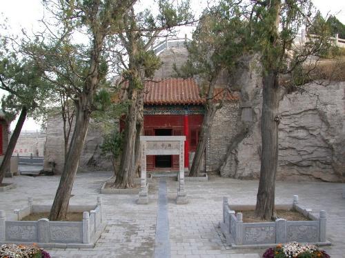 别名娃娃庙,位于大年夜伾山北腰,是大年夜伾山风景区最有特点的一